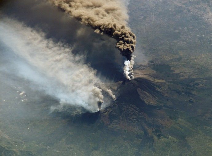 2002년 이탈리아 에트나 화산 분출 당시 국제우주정거장(ISS)에서 촬영한 사진. - NASA 제공